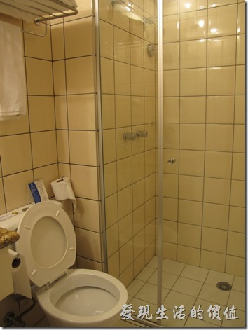 TRANSAMERICA。浴室好小一間,還有乾濕分離的淋浴間,但沒有浴缸就是了,感覺有點簡陋!