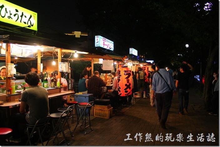 日本北九州-中洲屋台(路邊攤)。由於拜訪當天是星期一的晚上,所以遊客並不是太多,也不知道是不是我們來得太早,晚上九點左右,這裡似乎是越夜越熱鬧吧!