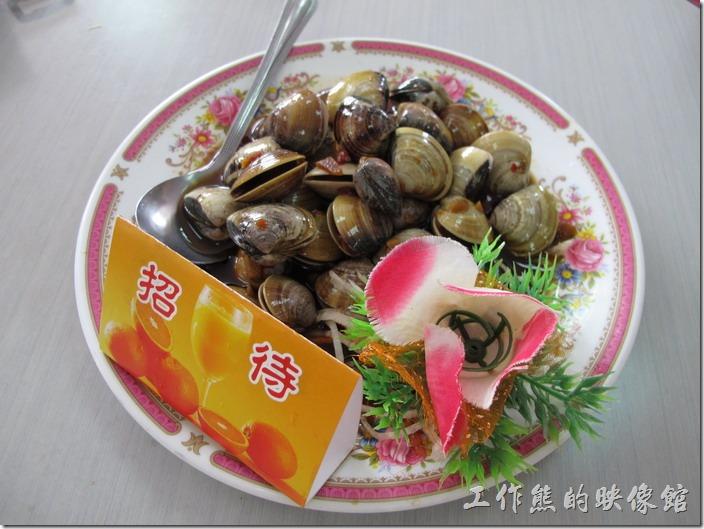 台南-和樂食堂。鮮醃蛤蠣,這道冷盤式餐廳招待的,吃起來還可以。