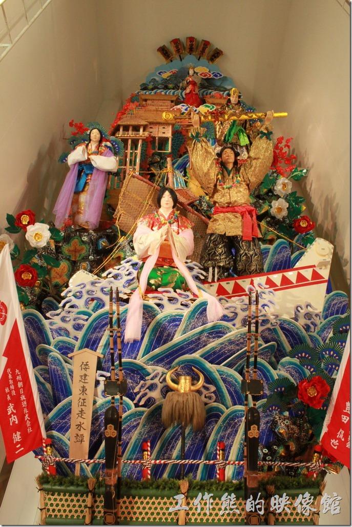 日本-祇園-櫛田神社-在櫛田神社的祈願處左手邊的門過去就可以看到巨大的山笠,這個山笠足足有三層樓高,這個便是博多七月的傳統祭典主角,為日本重要無形文化財產。