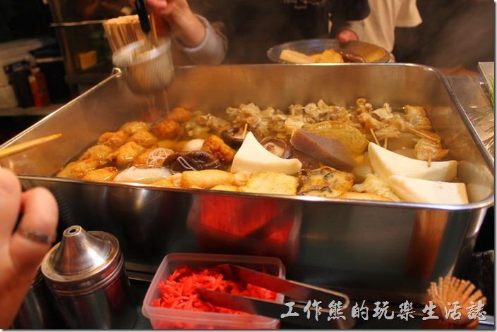 日本北九州-中洲屋台(路邊攤)。在這裡就算日文不通也沒有關係,店家大多習慣不會說日本話的外國觀光客了,反正要吃得關東煮都擺在前面,要吃什麼用比的就可以了。
