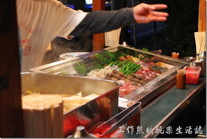 日本北九州-中洲屋台(路邊攤)。日式串燒也是擺在攤子的前面,我們的溝通方法也很簡單,就是要什麼用手指指一下食材,然後再用手指比數量就可以了。