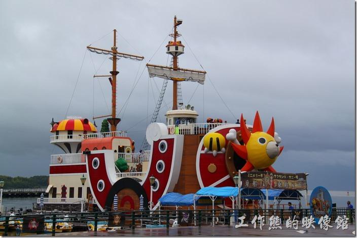 來到「豪斯登堡」除了園區內的玩耍遊樂設施與瀏覽其荷蘭異國風景外,另一個重頭戲應該就是參觀海賊王卡通裏「魯夫」他們所乘坐的【千陽號】了,不過我們拜訪當天的天氣超不好,而且時間還有點趕,因為搭一次船至少要20分鐘,還要再加等船的時間,所以我們這次忍痛沒有上船,只有在其外邊拍拍照而已。
