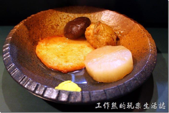 日本北九州-中洲屋台(路邊攤)。這是我點的關東煮,因為是宵夜,所以我只想嚐鮮,體驗一下這裡的氛圍而已,所以只點了一點點,倒是旁邊那坨黃黃的芥末,沾了之後非常對味。