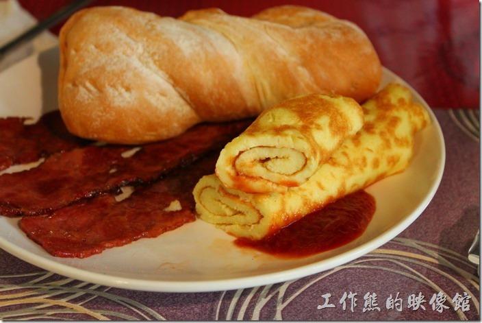 台南-栗子咖啡。早午餐B套餐的主餐有「蛋料理」,我們選擇了捲蛋,看起來很漂亮,旁邊配有番茄醬。