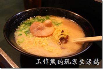 日本北九州-中洲屋台(路邊攤)。這是小兒子點的「拉麵」,果然是大胃王,而且他只吃麵及米飯。這裡的「拉麵」吃起來感覺還好而已,因為之前有吃過好吃的「熊本拉麵」,兩相比較後,就覺得不怎麼樣了。
