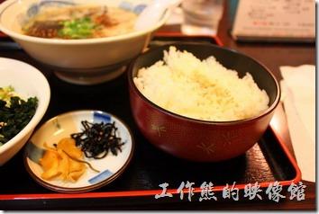 日本北九州,熊本拉麵こむらさき本店 。拉麵定食,日幣720円,內容包含一大碗豚骨拉麵,以及蔬菜沙拉、白飯、醃製小菜。這裡的白飯也好好吃,就是太大碗了,是一般份量的兩倍。