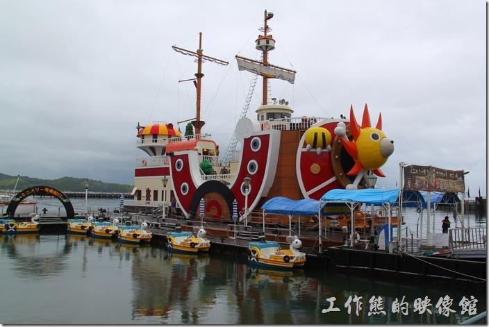 日本北九州-豪斯登堡(千陽號)。這張照片可以看到「千陽號」的登船口,因為船口的前方有人站在那裡。