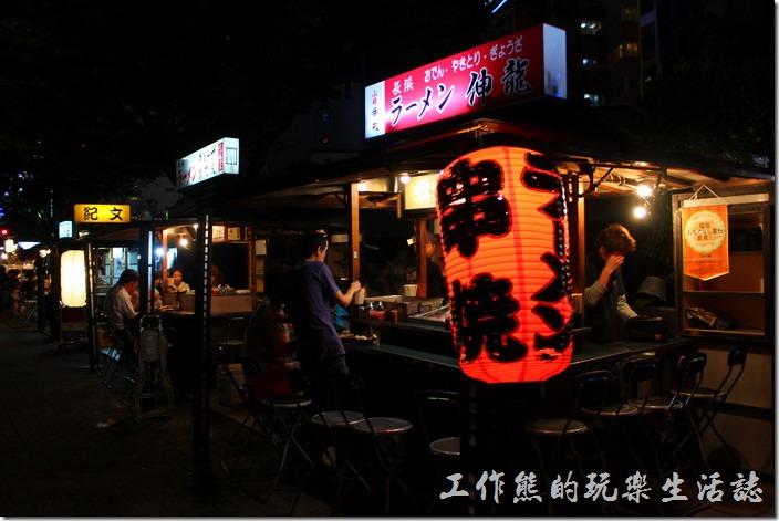 日本北九州-中洲屋台(路邊攤)。我們最後選了一家比較沒有人的攤子,想說這樣拍起照片也比較方面啦!還好東西吃起來還不錯。