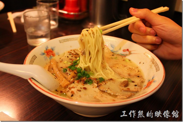 日本北九州,熊本拉麵こむらさき本店。叉燒拉麵,日幣670円,這是兒子們點的叉燒拉麵,湯頭非常濃郁,個人覺得有點太鹹,蔥花、差燒肉、筍乾,但是沒有木耳絲。