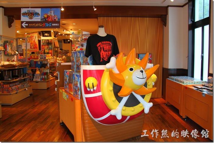 日本北九州-豪斯登堡(千陽號)。【犯人牌(克里米納)/criminal】商店內販賣著各式海賊王的商品。