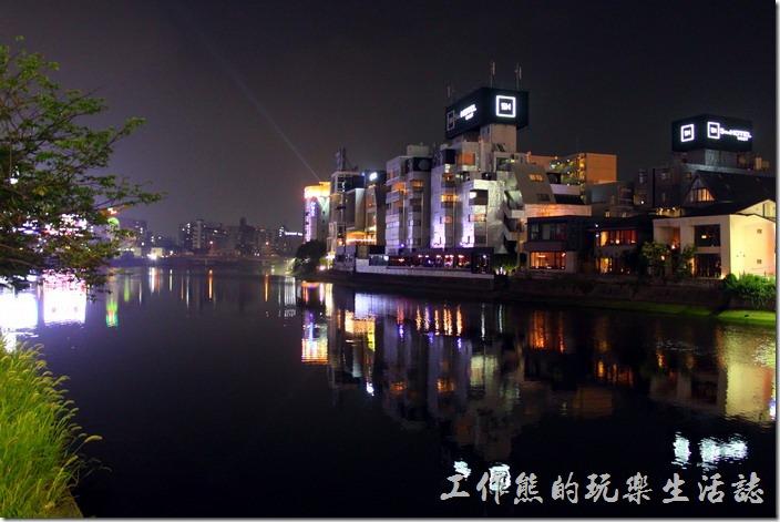 中洲的屋台其實在【那珂川】旁,這裡雖然沒有大都市的繁華與熱鬧景像,但河水乾淨,也是個不錯的散步景點。