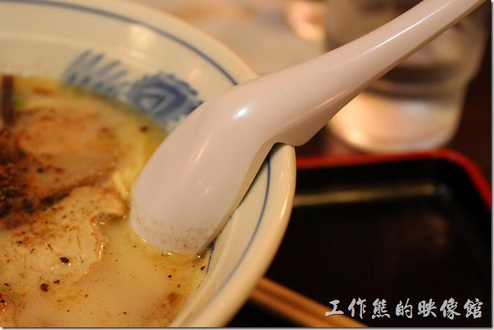 日本北九州,熊本拉麵こむらさき本店。熊本拉麵的湯匙也很特殊,特別設計了一個卡榫可以讓湯匙掛在碗邊,避免湯匙整個掉到拉麵湯裡。