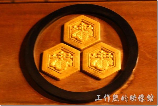 日本北九州-進入【櫛田神社】的大門後,可以在門旁看到【三個龜甲外框的五三桐紋(「三つ亀甲に五三桐」)】的神紋。