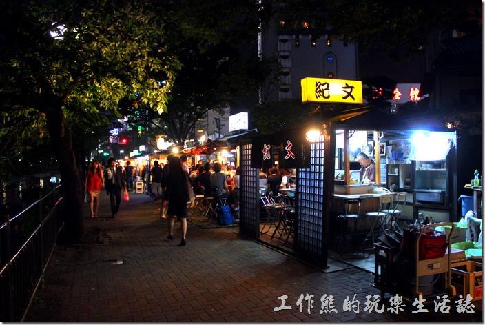 日本北九州-中洲屋台(路邊攤)。可能因為時值夏天的關係,所以大部分的店家都是推車的開放空間,似乎在冬天的時候,大部分店家都會改成這種有拉門或簾子的半露天式店面,而客人可以一面吃一面透氣也不錯!
