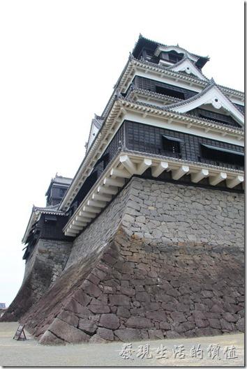 日本北九州-熊本城。從大小天守閣側邊樣望天守閣的樣子。