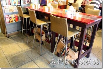 栗子咖啡咖啡店內裝潢的特色就是高腳椅,而且每張椅子下面都綁著裝咖啡豆的麻布袋,猜想大概是避免COCO店狗鑽來鑽去吧!高腳椅也可以避免狗狗靠近食物。只不過這高腳椅有時候不是很容易爬上去,有小朋友及老人家或行動不便的要小心。