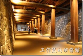 日本北九州-熊本城。這是連接天守閣前後方的「黯狩通路」(也就是地下通道),上方為「本丸御殿」,是肥後番主的起居室,以前這裡有密道可以通往「本丸御殿」,也可以算是個緊急的逃生通道。