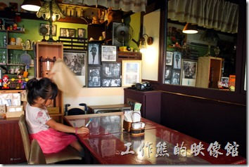 感覺上台南栗子咖啡的裝潢色系偏暗,大概是想要營造古樸的氛圍,只不過台南的陽光真的很刺眼,跟室內的古樸形成的強烈的對比,簡直是黑與白的比賽。