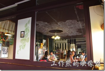 台南栗子咖啡的店內裝潢還有另一個特色,就是鏡子特別多,可以加大空間的視角,讓小小的空間不再顯得局促,但東西的擺設還是有點給它壅擠的感覺。