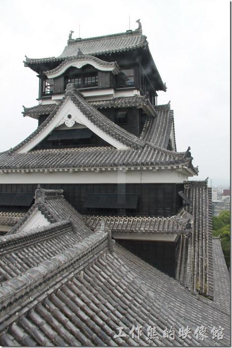日本北九州-熊本城。這是從小天守閣的頂層拍大天守閣的樣子,這裡也可以很清楚看到其屋簷兩側各雄踞著一隻的消防用的「鯱鉾」。
