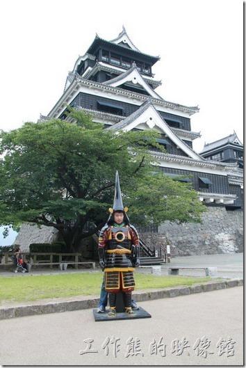 日本北九州-熊本城。終於來到了大小天守閣的正前方了,這裡有可愛的「熊本城」卡通造型玩偶供遊客拍照留念,也有武士造型的人像讓遊客露出臉來拍照。