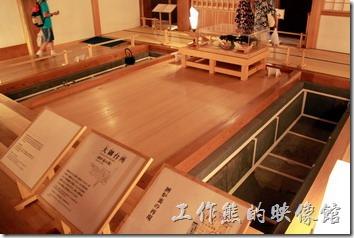 日本北九州-熊本城。大小天守閣的旁邊還有一間「本丸御殿」,這裡原本是肥後番主的起居室。現在看到的是大御台守(廚房),兩旁挖空的地方會放上煤灰,作為取暖及燙茶之用。