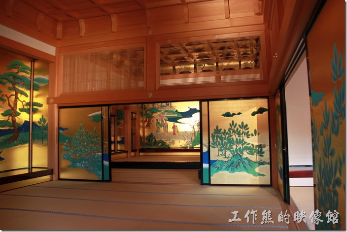 日本北九州-熊本城。「本丸御殿」的大廣間的這些彩繪的屏風與天花板也都是採用古代工法復建重現的。
