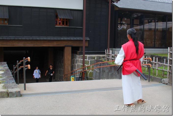 日本北九州-熊本城。這個在「暗通道」出來的地方還有個古裝的浪人裝扮,卻是指揮交通用的,不可以跟他拍照,因為這裡坡度大,最主要是擔心遊客擠在一起跌倒。
