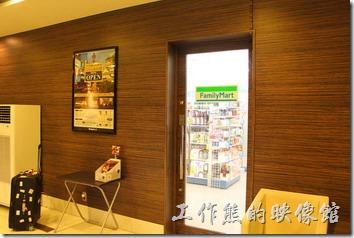 日本北九州-【博多祇園Hotel東名inn】的隔壁就是【FamilyMart】,而且從飯店這邊還直接開了一個門可以過去,超方便。