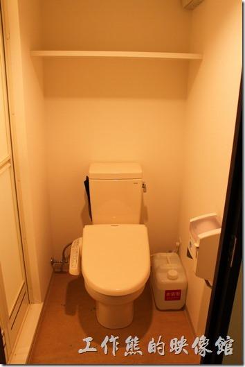 【博多祇園Hotel dormy inn】的早餐客房內的免治馬桶,廁所的空間真的很小。