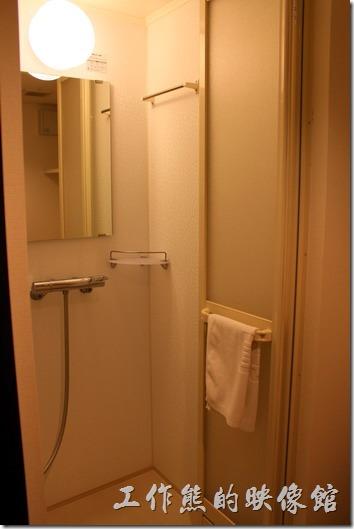 【博多祇園Hotel dormy inn】的早餐客房內的淋浴間也是小得可憐,掛在欄杆上的白色毛巾是讓你鋪在地上防滑用的,可別拿來擦身體,另外有浴巾可以使用,我們家那口子第一次就當了鄉巴佬,拿來擦身體了,糗!