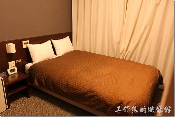 日本北九州-【博多祇園Hotel東名inn】兩人客房的房間超小,就連床鋪也好小,夫妻兩人抱在一起睡沒關係,要是兩個大男人就覺得尷槓了。