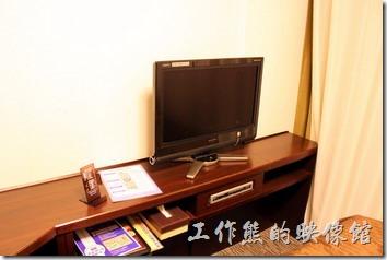 日本北九州-【博多祇園Hotel東名inn】客房內有個小小的液晶電視,這應該是電腦螢幕接電視盒而已,就連書桌也是小小一張,超迷你的的空間。