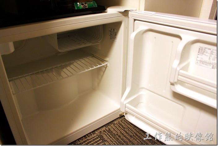 日本北九州-【博多祇園Hotel東名inn】客房內有提供冰箱,裏頭什麼都沒有,想喝飲料樓下FamilyMart買就有了。