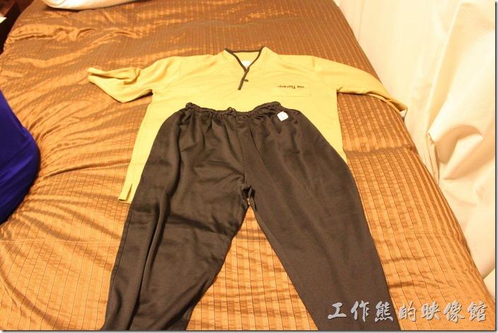 日本北九州-【博多祇園Hotel東名inn】飯店提供免費澡堂給房客使用,所以客房內有提供兩套輕便的衣服供房客使用。