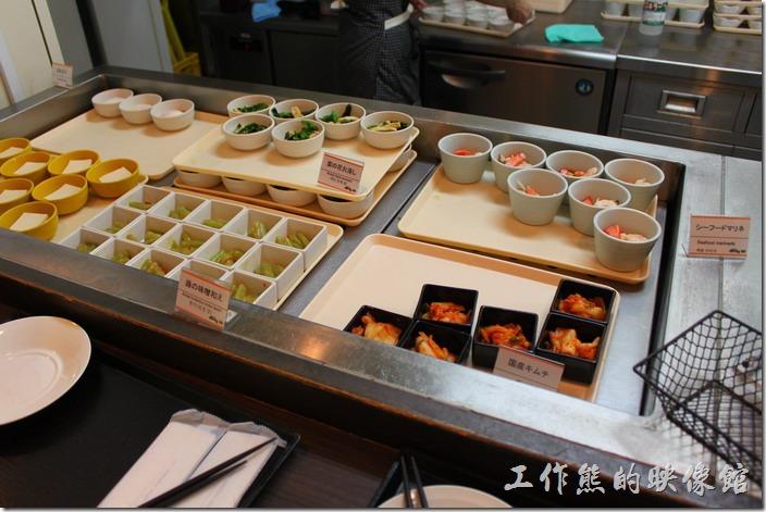 【博多祇園Hotel dormy inn】的早餐的早餐很豐盛,這裡有一些小碟配菜可以自由選擇。