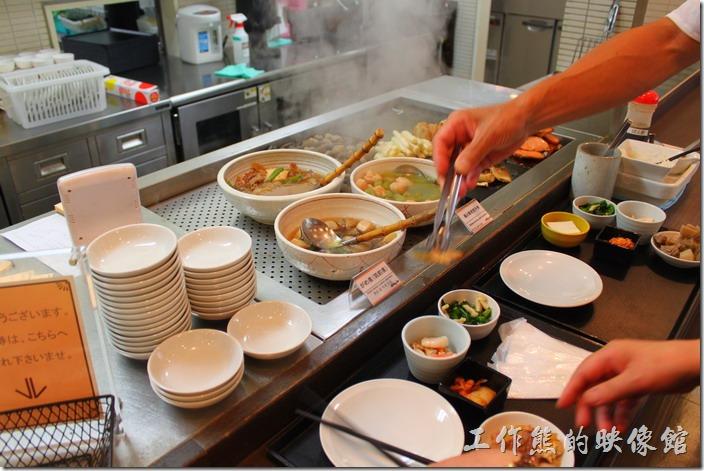 【博多祇園Hotel dormy inn】的早餐,這裡有各種的煮物可供挑選,建議先淺嚐,好吃在多拿一點。