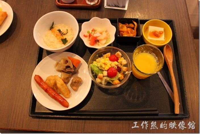 【博多祇園Hotel dormy inn】的早餐,早餐真的很豐盛,這是我挑選的早餐樣式。
