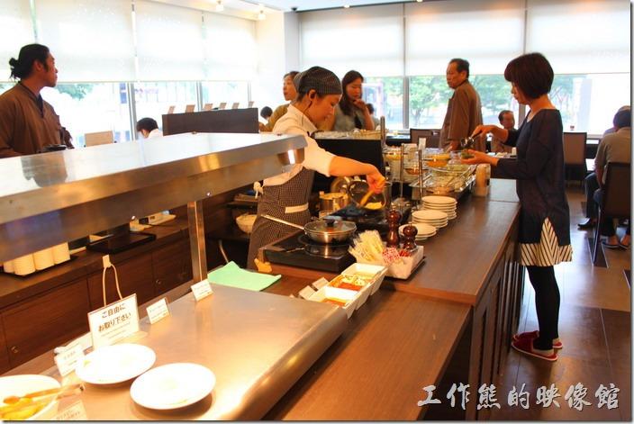 【博多祇園Hotel dormy inn】的早餐,這裡可以請廚房現場製作蛋料理,有卷蛋、太陽蛋、炒蛋…等。