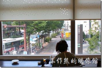 【博多祇園Hotel dormy inn】的早餐餐廳有大片的窗戶,可以直接欣賞到馬路上的行人及景色。