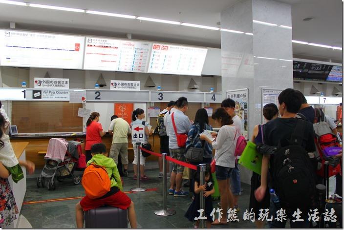 一堆人排隊等著劃位,幾乎都是台灣人,因為都是同一班飛機。