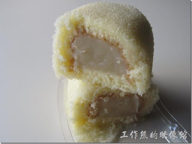 【東京 BANANA(東京ばな奈)】的內餡使用真正的香蕉磨成泥並混入奶油及其他的食材製成,一口咬下後可以感覺到就像在吃新鮮香蕉而且聞得到濃郁的香蕉香氣。