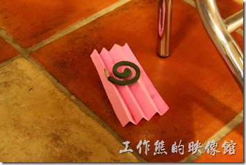 台南-阿菊食堂。居然給我在隔壁桌的桌子底下點放了蚊香,這樣用餐會是什麼感覺?