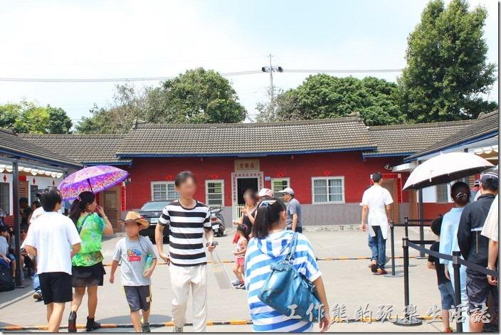 其實這間【微熱山丘】座落在一間傳統的三合院民宅中,偏房的地方有在販賣鳳梨酥。