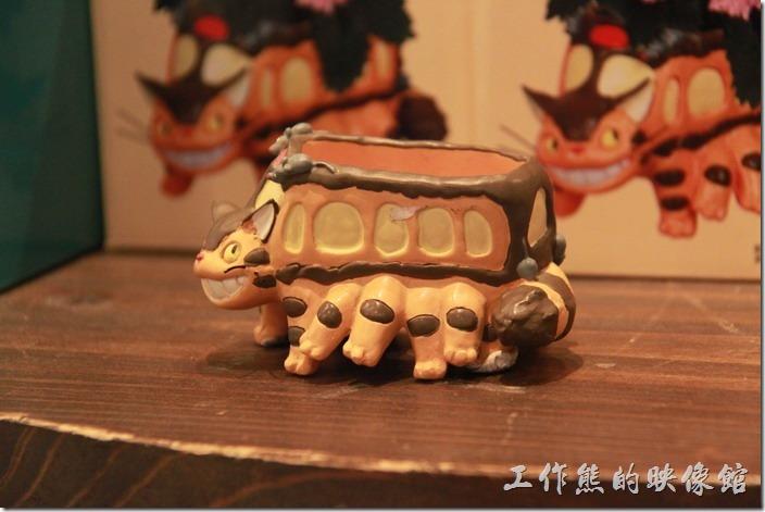 日本北九州-由布院-榛果之森。陶瓷作成的龍貓公車。