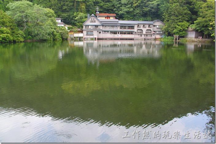 日本北九州-金鱗湖。從這裡就可以遠遠地看到畫面右上角的水中有一鳥居,那兒就是「天祖神社」的所在地了。