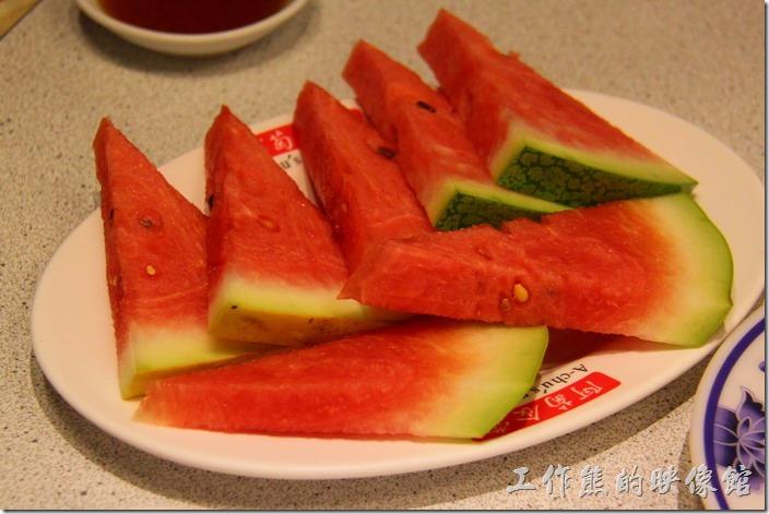 台南-阿菊食堂。飯後附贈的水果盤,算人頭的,一個人一片。