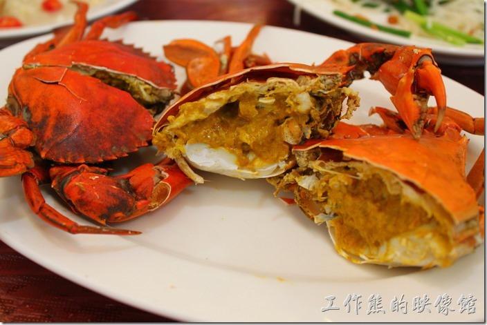 台南-土城海產店。這次用餐的主角【處女蟳】,兩隻NT880,老實說這次的螃蟹等得有點久,幾乎是所有的菜都吃光了才出來,蟹黃飽滿,光看這膏腴就購讓人垂涎三尺了。