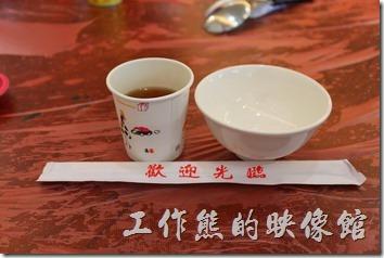 2014年的土城海產,餐具也換新了,不過裝薑汁還是用免洗碟,,桌子一樣鋪上紅色的塑膠袋。